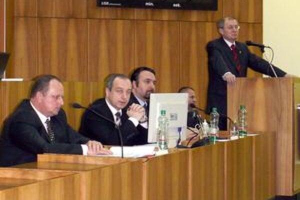 Anton Martaus vysvetľoval zastupiteľstvu zmeny v rozpočte.