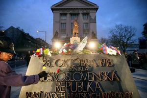 Socha T.G. Masaryka stojí na Vajanského nábreží od roku 2010.
