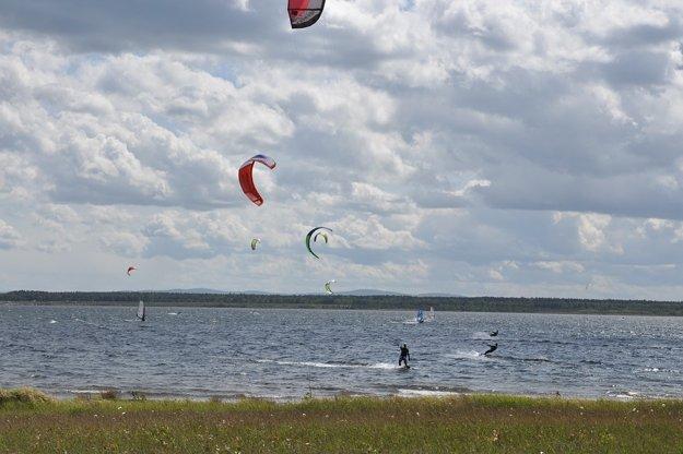 Kitesurfing vo vnútrozemí. Jazerá a priehrady sú ideálne.