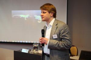 Fedor Kravčenko vysvetľuje ruským novinárom, ako sa chrániť.