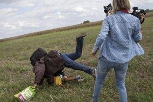 Kameramanka kopala do migrantov.