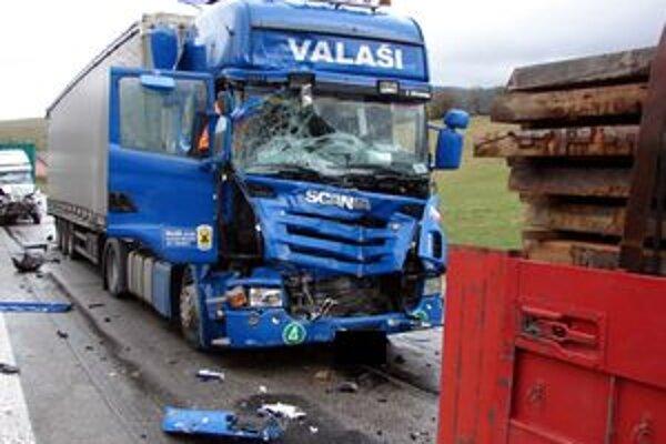 Zrážka troch kamiónov skončila zranením.