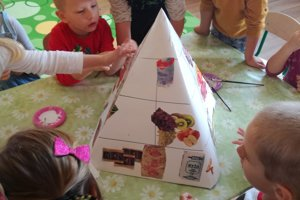 Detičky zhotovovali Pyramídu zdravia.