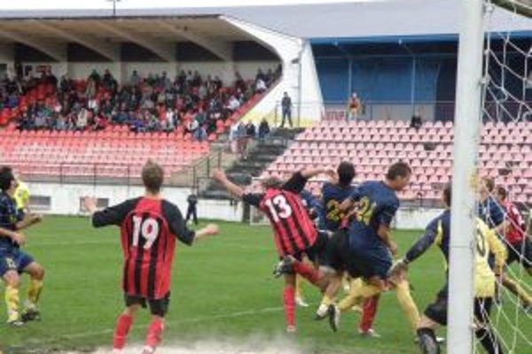 Na snímke z domáceho zápasu, kde Púchovčania (v červenom) vyhrali 3:0.