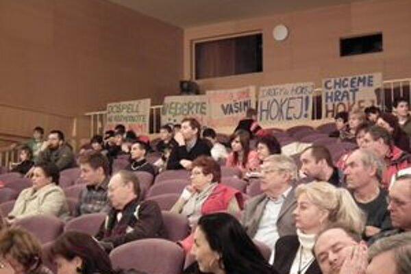 Na zastupiteľstve boli aj malí hokejisti. Svoje stanovisko vyjadrili na plagátoch.