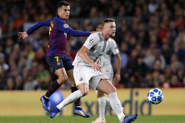 Milan Škriniar (vpravo) opäť nastúpi proti Barcelone.