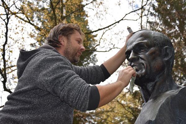 Sochár Ján Gejdoš pri úprave a čistení Štefánikovej busty.
