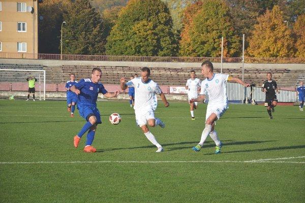 Dva góly Gajdošíka (v modrom) na úspech v N. Zámkoch nestačili.