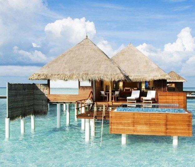 Na Maledivách si okrem hotelovej izby možno vybrať vodný bungalov alebo plážový apartmán.