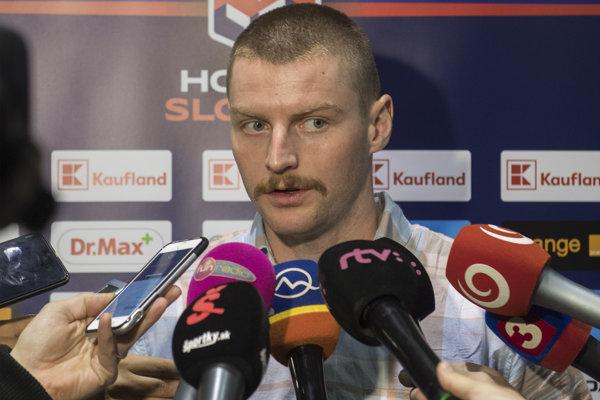 Milan Kytnár odpovedá novinárom na otázky počas reprezentačného zrazu pred Nemeckým pohárom.