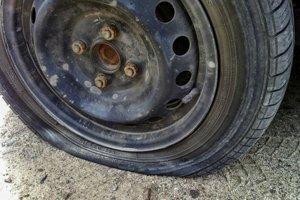 Škodovka zastala až po prestrelení ľavej prednej pneumatiky.