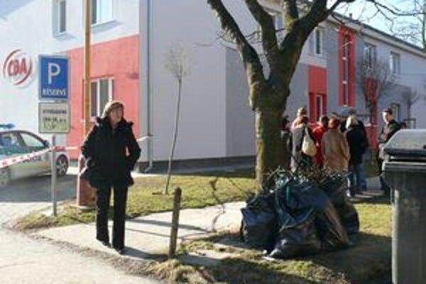 Ľudia, ktorí sa chceli dostať do lekárne a k iným prevádzkam na Tatranskej ulici, sa museli vrátiť. Časť ulice bola uzavretá. Polícia vyšetrovala nahlásenie bomby v súkromnej firme.