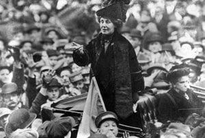 Keď Emmeline Pankhurstová predala svoj dom, začala cestovať po Británii a USA a robila verejné prejavy. Na obrázku z roku 1913 ju víta dav v New Yorku.