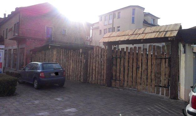 Podnik s terasou sa rozhodli obnoviť bez vedomia vlastníka objektu.