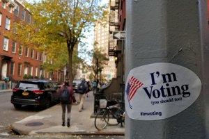 Ulica v Greenwich Village v New Yorku, nálepka pozýva na voľby.