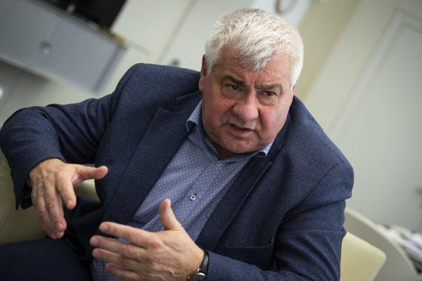 Minister dopravy Árpád Érsek z Most-Hídu.