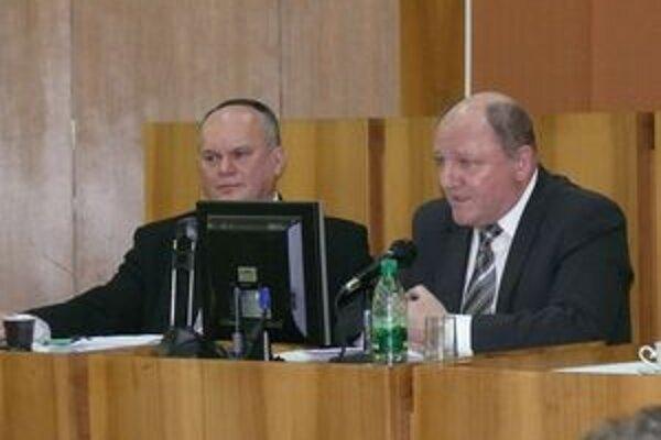 Miroslava Adameho (vpravo) a Stanislava Haviara v kauze falšovania úradnej listiny krajský súd spod obžaloby oslobodil v plnom rozsahu.