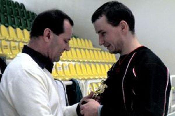 Michalovi Miakišovi (vpravo)odovzdáva cenu najlepšieho brankára L. Gadoši.