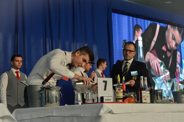 Súťažiaci museli pri príprave nápoja zachovať správny postup.