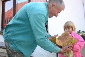 Ján Sojčák s vnučkou Editkou museli držať megadubák spoločne. Pre päťročné dievčatko bol priťažký.