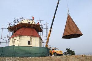Na kaplnku dnes osadili vynovenú strechu, zo zeme ju zdvihol žeriav.
