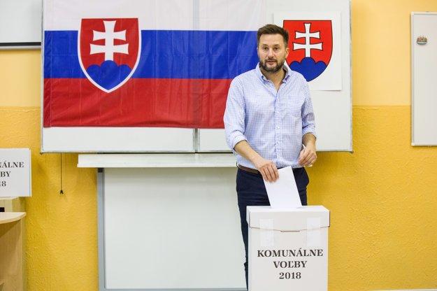 Kandiát na primátora Bratislavy Matúš Vallo odovzdáva svoj hlas