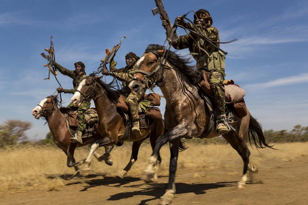 Jazdci na koňoch ukazujú svoje zručnosti v  Národnom parku Zakouma v Čade. (Druhá cena/príroda - príbehy). Brent Stirton/World Press Photo.