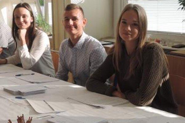 Na snímke  zľava prvovoliči Lenka, Jakub a Karolína, ktorí sú členmi jednej z okrskových volebných komisií v Malackách
