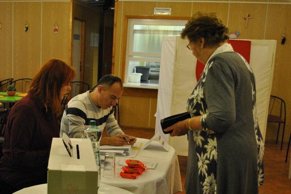 K volebným urnám sa v Nitre pobrali aj starší ľudia.