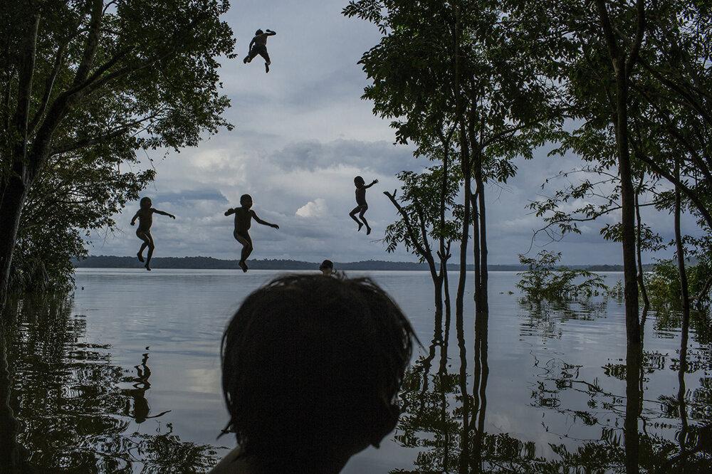 Domorodé deti si hrajú v rieke Tapajos v Brazílii. (Druhá cena, každodenný život) Mauricio Lima/World Press Photo.