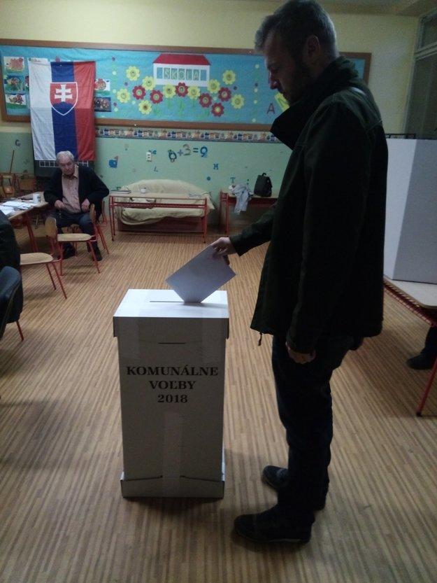 Snímka z volebnej miestnosti v prímestskej časti Horelica v Čadci.
