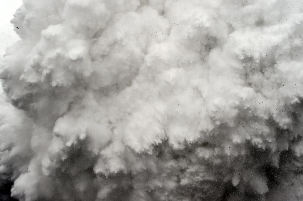 Lavína sa valí na základný kemp pod Mt.Everestom. (Druhá cena - príbehy) Roberto Schmidt/World Press Photo.