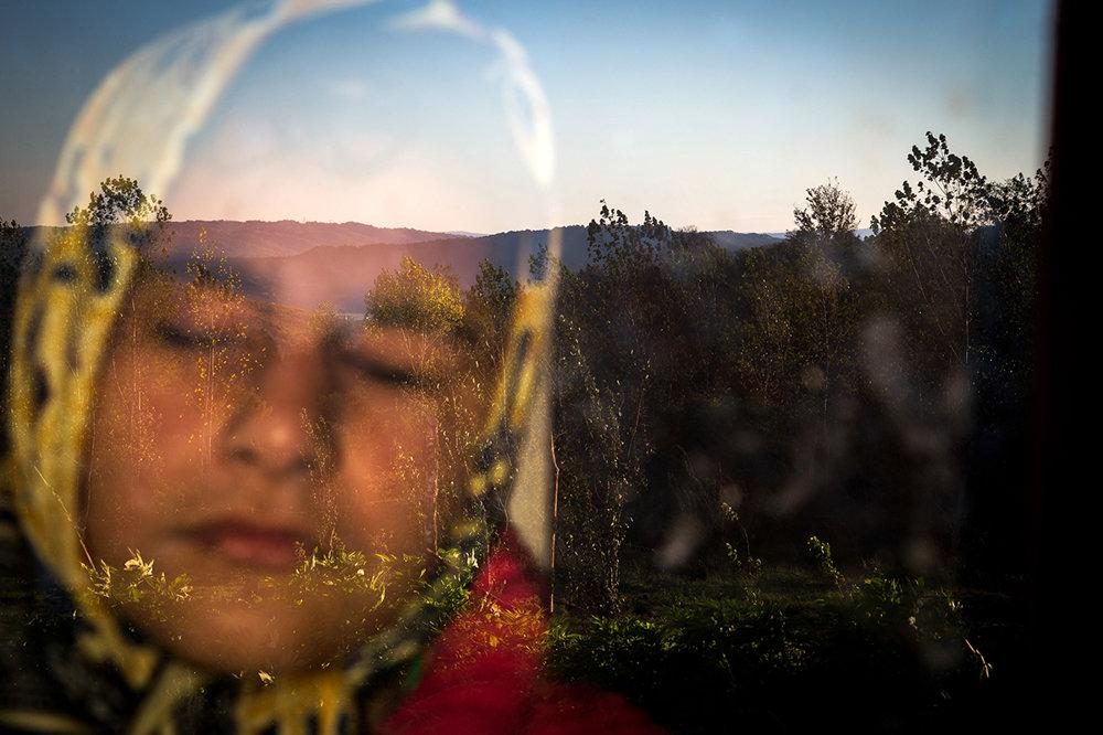 Iránčanka Raheleh, ktorá sa narodila slepá stojí za oknom v dopoludňajších hodinách. Má rada teplo zo slnečného svetla na tvári. (Tretia cena, každodenný život) Zohreh Saberi/World Press Photo.