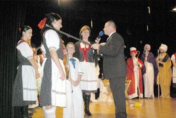 Krst valaškou. Takto netradične pokrstil novovzniknutú ľudovú hudbu Dúbravienka Vladimír Čvapek.