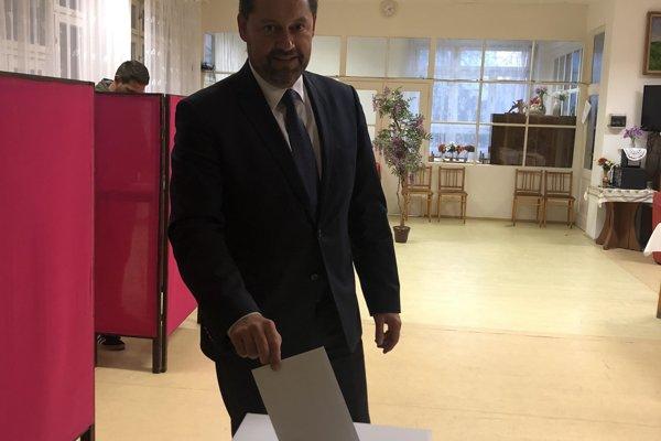 Staronový primátor Klein vo volebnej miestnosti.