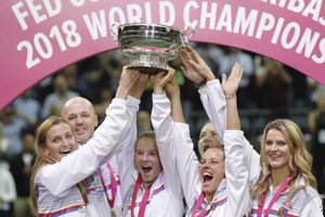 České tenistky sa radujú z celkového prvenstva.