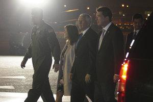 Americký prezident Mike Pence s manželkou (uprostred).
