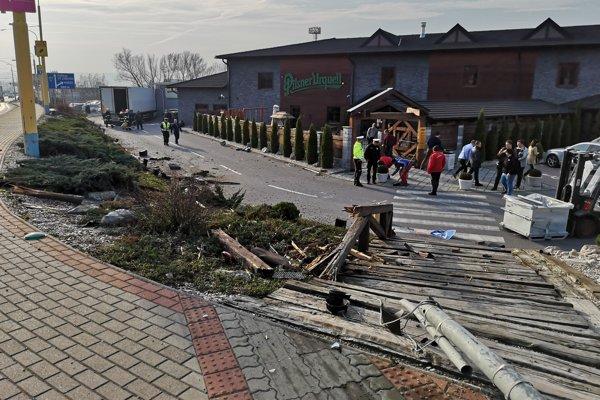 Kamión preletel okolo reštaurácie a zastavilo ho až oplotenie.