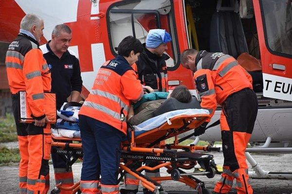 Prekladanie pacienta z vrtuľníka do sanitky záchranky.