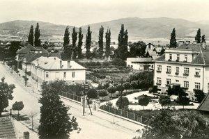 Pohľadnica Prievidze, odoslaná v roku 1962, s pohľadom na Okresný zdravotný ústav, pred ktorým je socha.