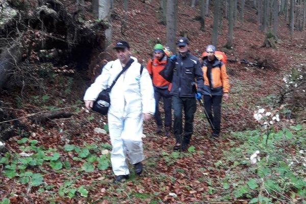 Okrem horských záchranárov boli v teréne pri ostatkoch ľudského tela aj policajti a súdny lekár.