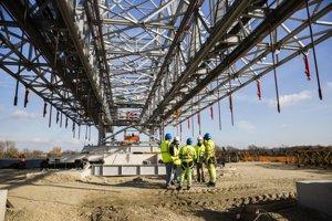 Pracovníci pri montáži oceľovej konštrukcie nového mosta cez Dunaj počas kontrolného dňa na stavbe D4/R7 v Bratislave.