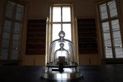Le grand K, alebo veľké K. Medzinárodný prototyp kilogramu sa uchováva v Paríži.