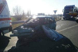 Hasiči z Galanty zasahujú pri vážnej dopravnej nehode, ktorá sa stala na štátnej ceste I/62 v katastri mesta Sládkovičovo.