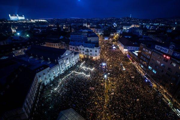 Protestné zhromaždenie Postavme sa za slušné Slovensko! na námestí SNP v Bratislave v marci 2018.