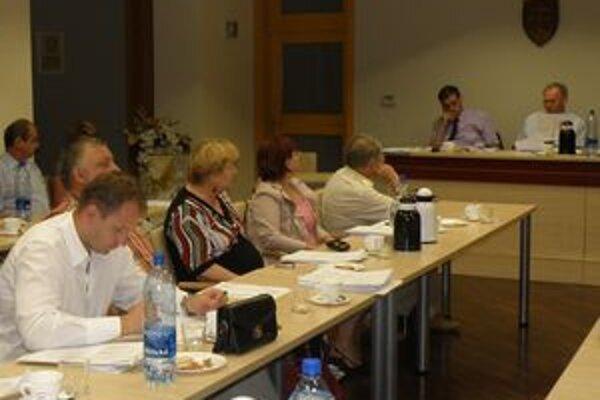 Peter Marušinec (prvý zľava) skúsenosti so samosprávou už má. Štyri roky bol poslancom mestského zastupiteľstve.