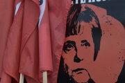 Portrét Angely Merkelovej na aute jej protestujúcich oponentov.