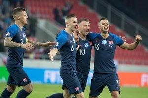 Slovenskí futbalisti oslavujú gól v sieti Ukrajiny.