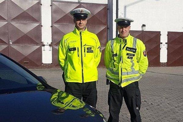 Policajti Marián Lukačovič a Peter Kopšo pomohli zachrániť zraneného.