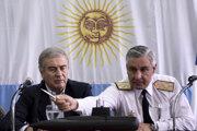 Argentínsky minister obrany Oscar Aguad a šéf námorníkov Jose Luis Villan.